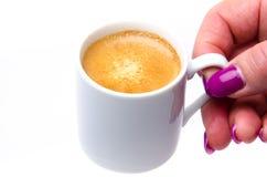 La mano di una donna che tiene una tazza di caffè fotografie stock libere da diritti