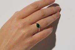 La mano di una donna con l'anello bianco fotografia stock