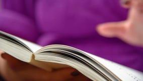 La mano di una donna gira le pagine stock footage