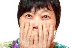 La mano di uso della donna copre la sua bocca Fotografie Stock Libere da Diritti