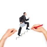 La mano dibuja las escaleras con el hombre de negocios que camina en blanco Imagen de archivo