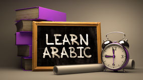 La mano dibujada aprende concepto árabe en la pizarra Fotos de archivo