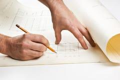 La mano drena un lápiz en el gráfico Fotos de archivo libres de regalías