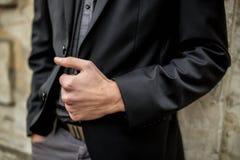 La mano ed il rivestimento dell'uomo fotografia stock libera da diritti