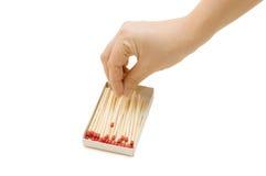 La mano elimina una corrispondenza da una scatola di fiammiferi Immagine Stock
