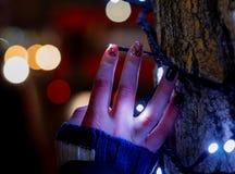 La mano en el árbol foto de archivo