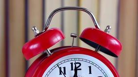 La mano en el reloj se está acercando a doce medianoche, mediodía metrajes