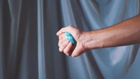 La mano es que detiene y que lanza el globo El mundo está en sus manos Cámara lenta almacen de video