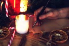 La mano escribe año del deseo Imagen de archivo