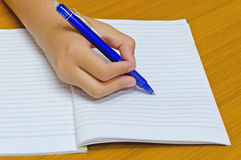 La mano escribe en la libreta, estudiante Foto de archivo libre de regalías