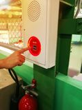 La mano está empujando el interruptor la alarma de incendio foto de archivo libre de regalías