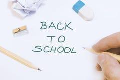 La mano está escribiendo en whiteboard de nuevo a concepto de la idea de la escuela fotografía de archivo libre de regalías