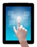 La mano está señalando en la PC de la tablilla Foto de archivo libre de regalías