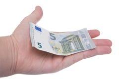La mano está sosteniendo un nuevo billete de banco del euro 5 Imágenes de archivo libres de regalías