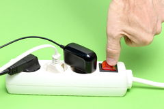 La mano está cambiando de un dispositivo eléctrico Foto de archivo