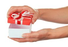 La mano femenina abre la caja con el regalo imagen de archivo libre de regalías