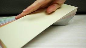 La mano femenina abre muestras de un color reserva metrajes