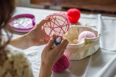 La mano femenina adorna el globo Imagen de archivo libre de regalías