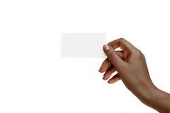 La mano femenina africana aislada sostiene la tarjeta blanca en un backgro blanco Fotografía de archivo libre de regalías