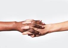 La mano femenina caucásica blanca y el afroamericano negro que llevan a cabo diversidad del mundo de los fingeres aman Imagen de archivo libre de regalías