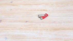La mano femenina coge memoria USB almacen de metraje de vídeo