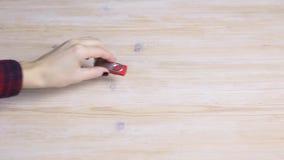 La mano femenina coge memoria USB de una tabla de madera metrajes