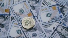 La mano femenina cuenta y pone los bitcoins en una columna en dólares almacen de metraje de vídeo