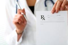 La mano femenina del doctor de la medicina da la prescripción al paciente Imágenes de archivo libres de regalías