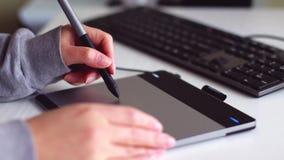 La mano femenina dibuja en el dise?o de la tableta almacen de video
