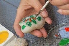 La mano femenina está dibujando en la piedra Fotos de archivo