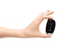 La mano femenina lleva a cabo llaves del coche Fotos de archivo libres de regalías