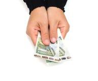 La mano femenina sostiene billetes de banco euro Fotos de archivo libres de regalías