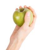 La mano femenina sostiene una manzana verde Imagen de archivo