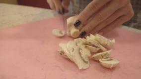 La mano femminile affetta i funghi stock footage