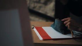 La mano femminile dello studente di arti che tirano le matite e la gomma fuori rinchiudono il caso video d archivio