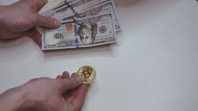 La mano femminile sceglie il bitcoin da valuta offerta video d archivio