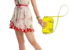 La mano femminile tiene la borsa della calce Fotografia Stock Libera da Diritti
