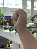 La mano firma dentro i precedenti del centro commerciale fotografia stock