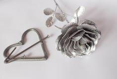La mano forjada subi? Hecho a mano de Rose forjado del metal en una parte posterior blanca fotos de archivo libres de regalías