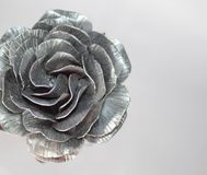 La mano forjada subi? Hecho a mano de Rose forjado del metal en una parte posterior blanca imagen de archivo