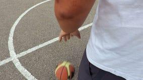 La mano gocciola la palla di pallacanestro video d archivio