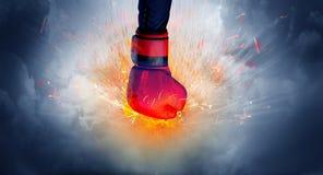 La mano golpea intenso y hace el fuego fotografía de archivo