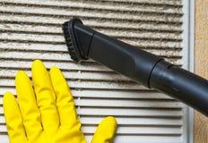 La mano in guanto giallo e l'aspirapolvere convogliano Fotografia Stock Libera da Diritti