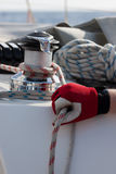 La mano guarda el robo en youcht de la navegación Imagen de archivo