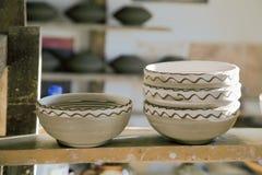 La mano ha elaborato le ciotole ceramiche Fotografia Stock Libera da Diritti