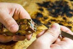 La mano ha elaborato precisamente il modello da ottone Fotografia Stock Libera da Diritti