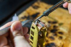 La mano ha elaborato precisamente il modello da ottone Fotografie Stock Libere da Diritti