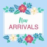 La mano ha schizzato i nuovi arrivi manda un sms a su fondo floreale blu-chiaro Fotografia Stock