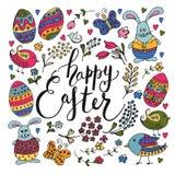 La mano ha schizzato il testo felice di Pasqua con gli oggetti di Pasqua Fotografia Stock Libera da Diritti