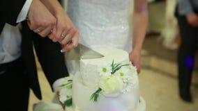 La mano ha tagliato le spose della torta nunziale video d archivio